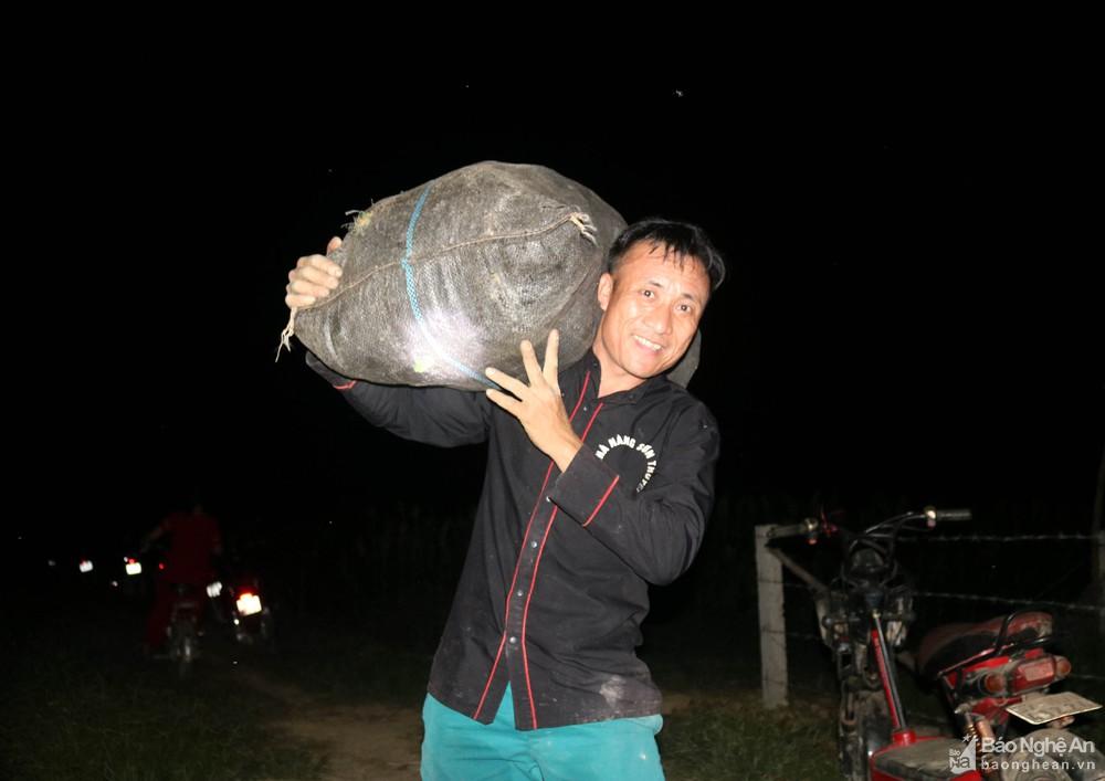Tránh nắng nóng, người dân Nghệ An chong đèn nhổ mạ, cấy lúa đêm, ngoài ruộng vui hơn ở nhà - Ảnh 11.