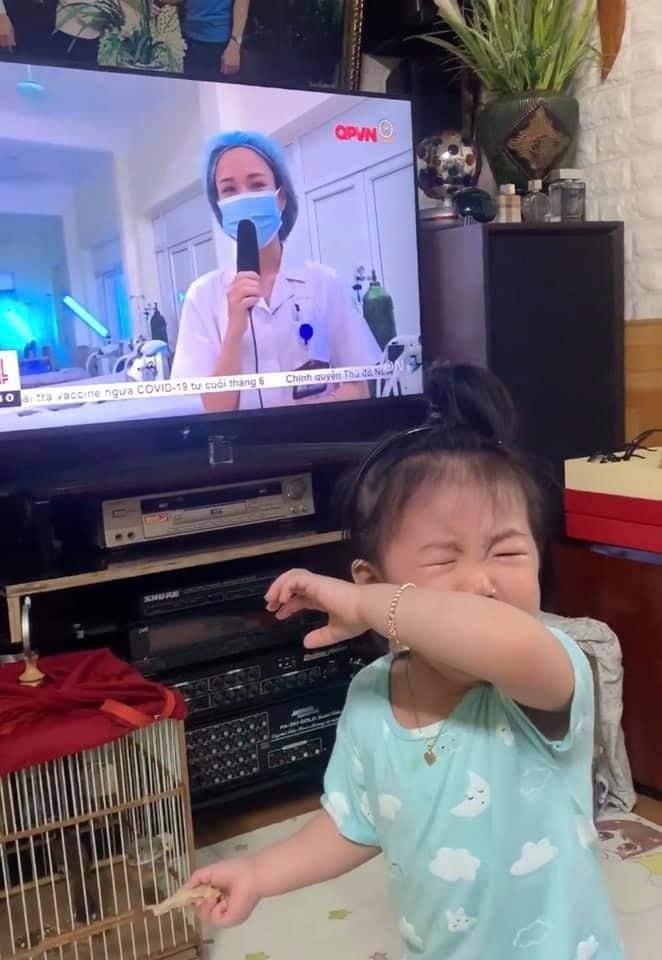 Nghẹn lòng hình ảnh bé gái khóc òa khi thấy mẹ trên tivi, bận chống dịch Covid-19 không về - Ảnh 1.