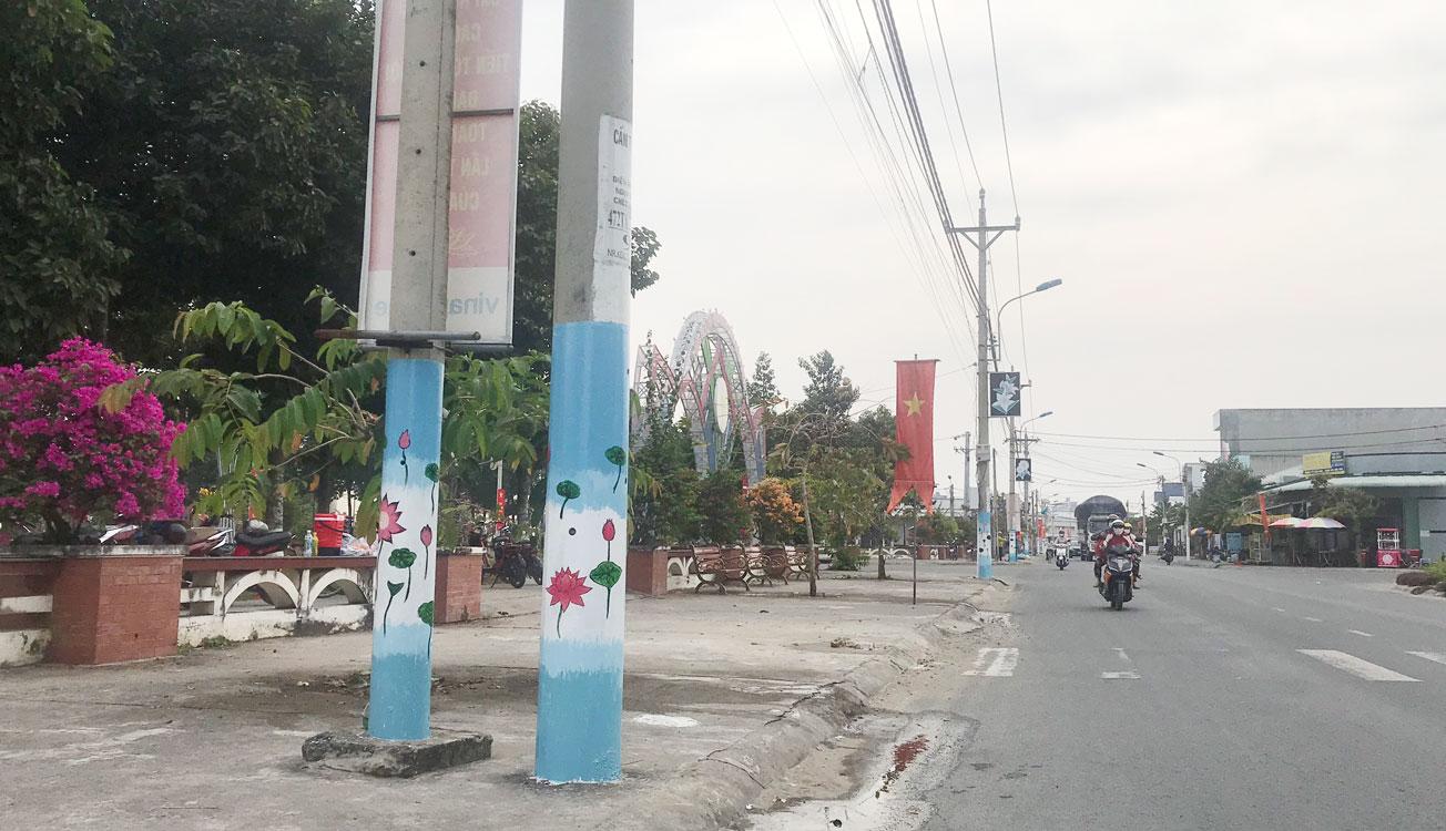 Long An: Ở nơi này có những cây cột điện được vẽ vời hoa lá cành lạ mắt - Ảnh 1.