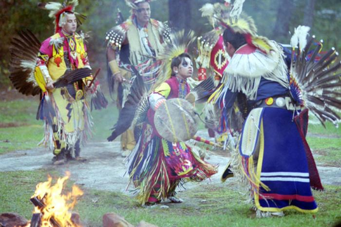 Lễ hội Pow Wow cuốn hút với những vũ điệu sắc màu độc lạ của thổ dân Cherokee - Ảnh 1.