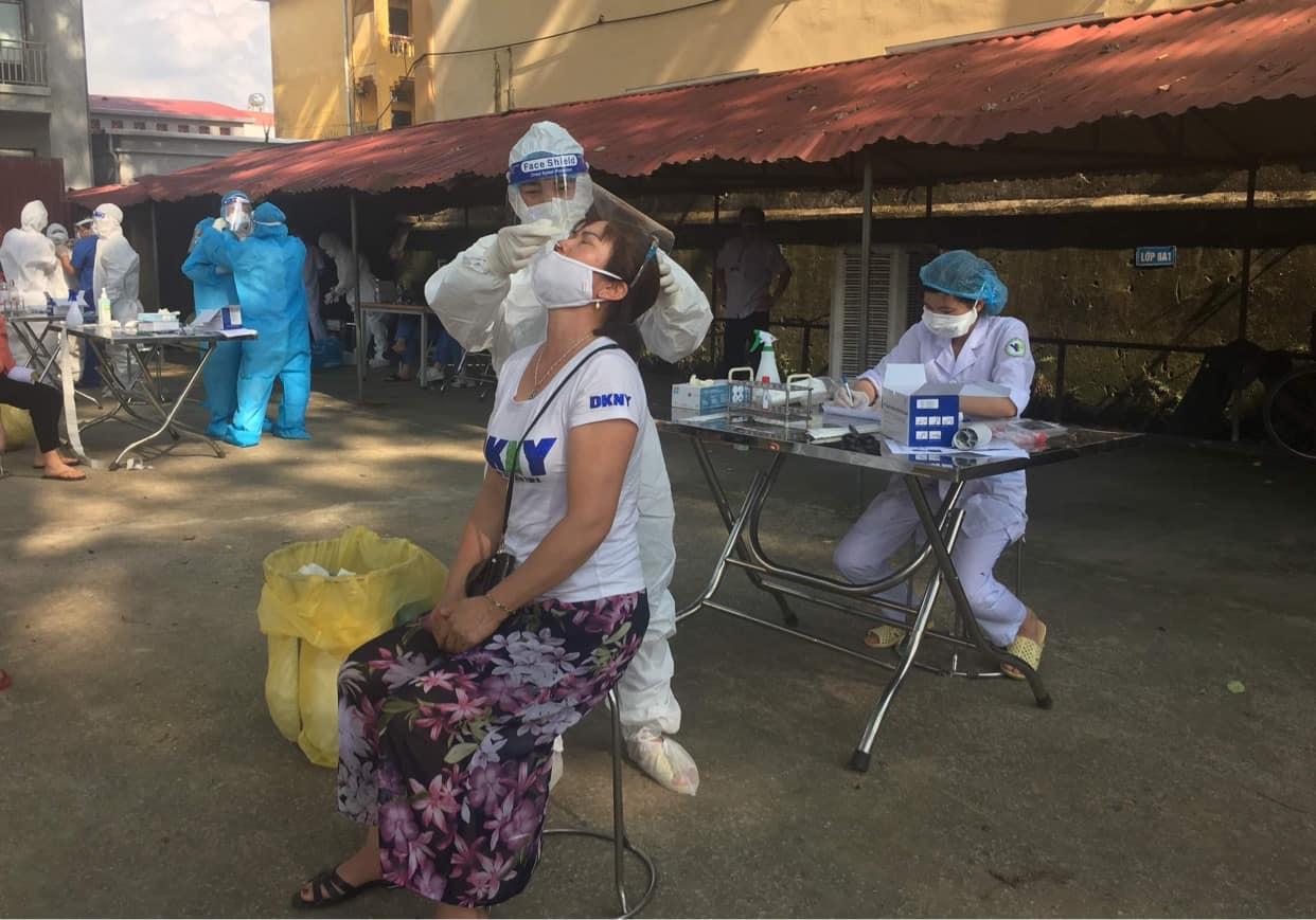 Clip: Cận cảnh nhân viên y tế lấy mẫu xét nghiệm Covid-19 giữa trời nóng 40 độ C ở Bắc Ninh - Ảnh 5.
