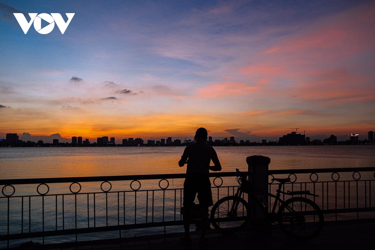 Ảnh: Hà Nội tuyệt đẹp khi ngắm hoàng hôn từ Hồ Tây - Ảnh 11.