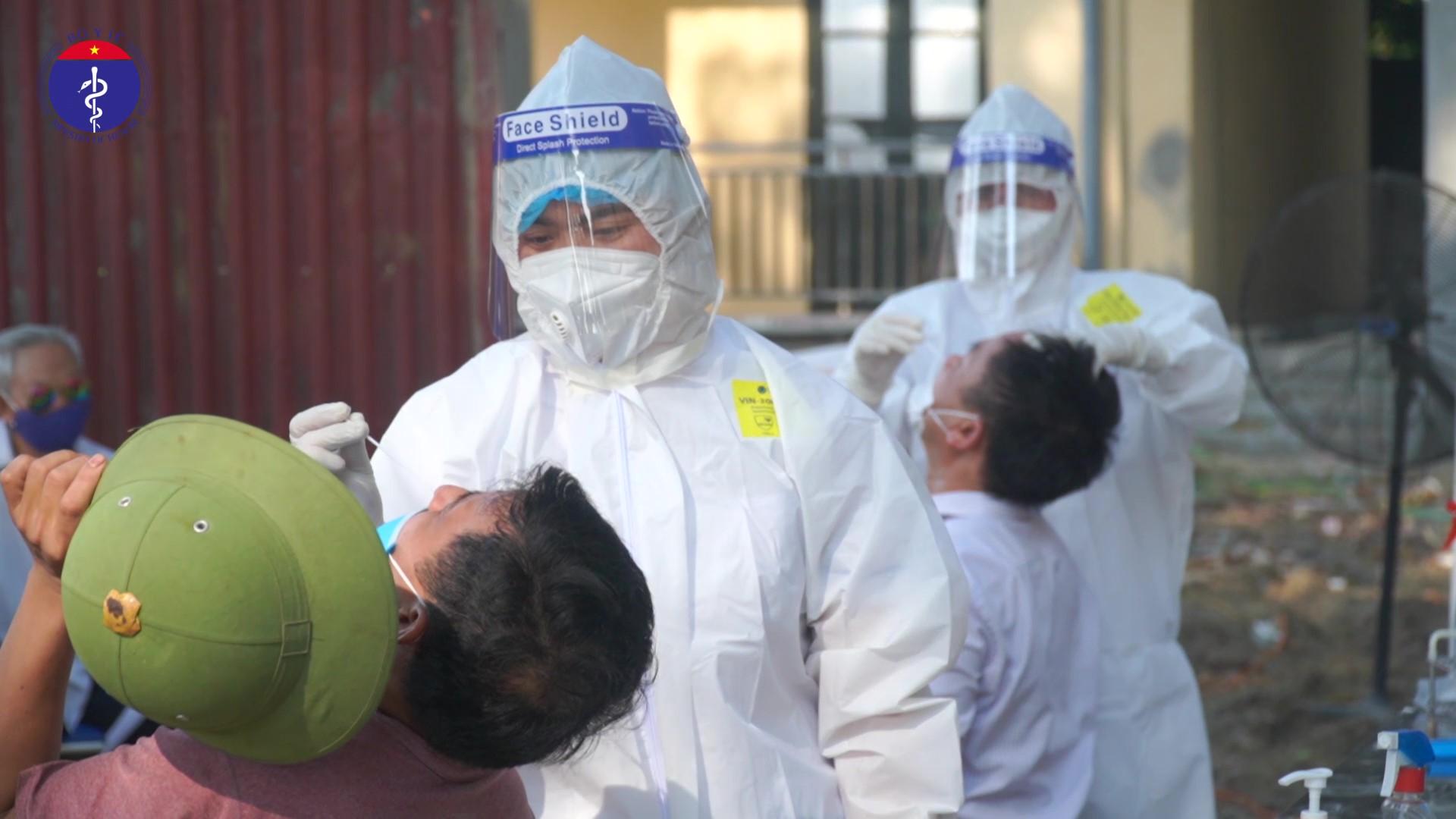Clip: Cận cảnh nhân viên y tế lấy mẫu xét nghiệm Covid-19 giữa trời nóng 40 độ C ở Bắc Ninh - Ảnh 3.