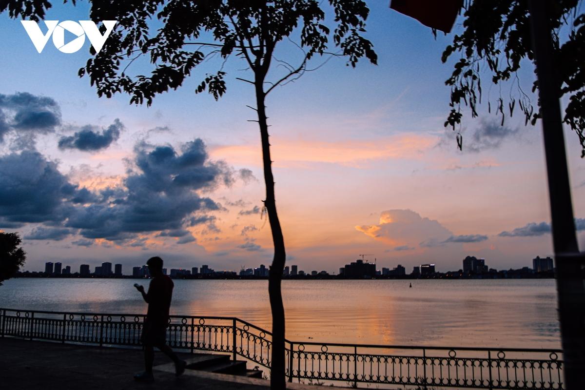 Ảnh: Hà Nội tuyệt đẹp khi ngắm hoàng hôn từ Hồ Tây - Ảnh 13.