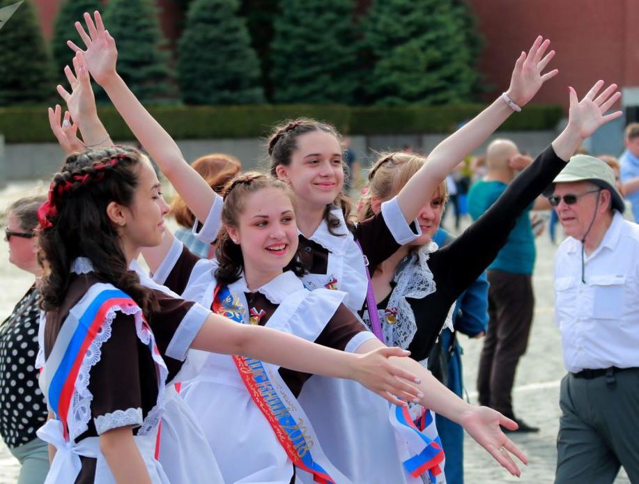 Nữ sinh Nga dễ thương, có người bật khóc trong ngày bế giảng - Ảnh 2.