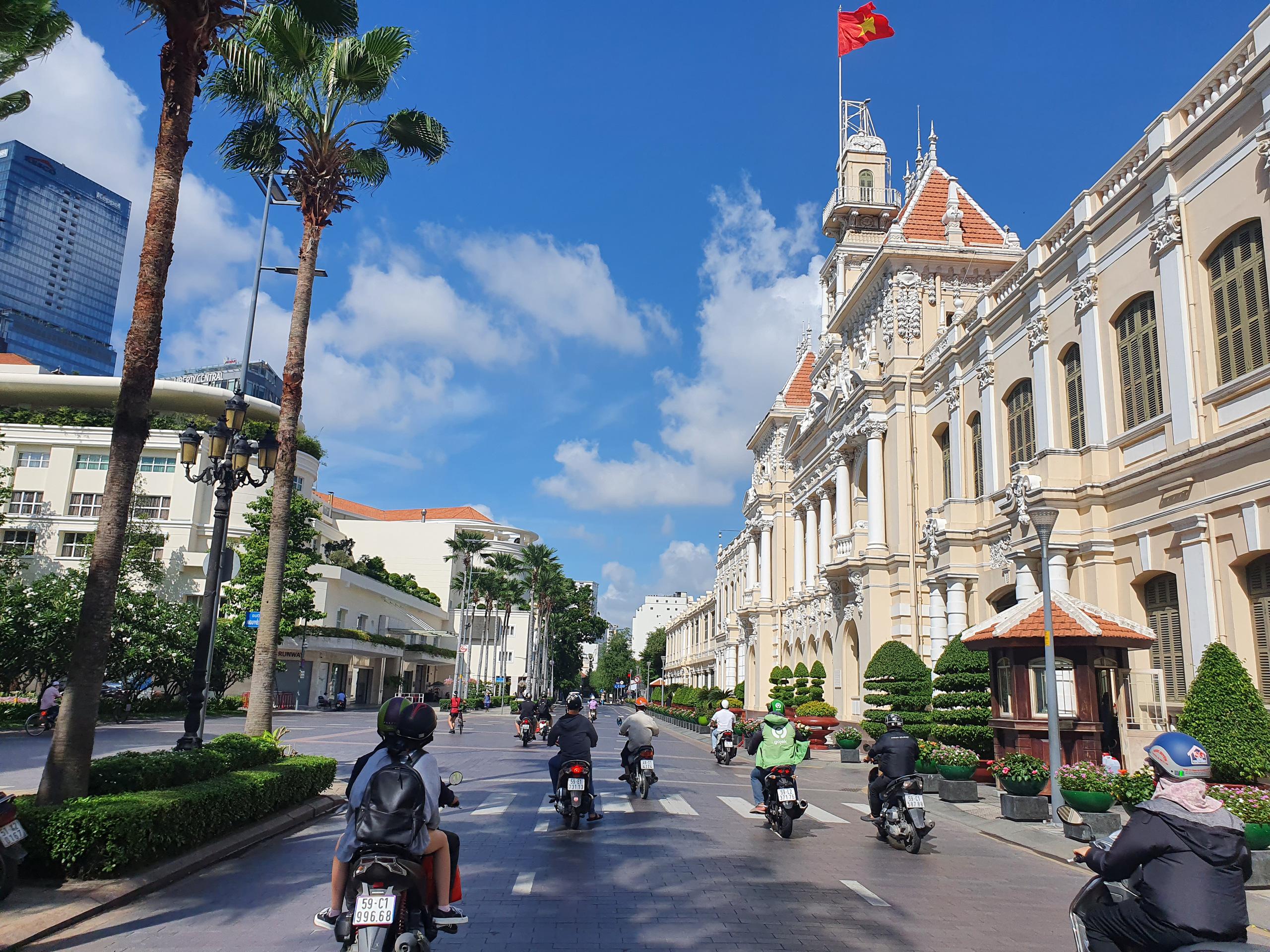 ẢNH: Ngày đầu giãn cách xã hội, đường TP.HCM không kẹt xe từ sáng tới chiều, Gò Vấp tạm dỡ chốt phong tỏa - Ảnh 3.