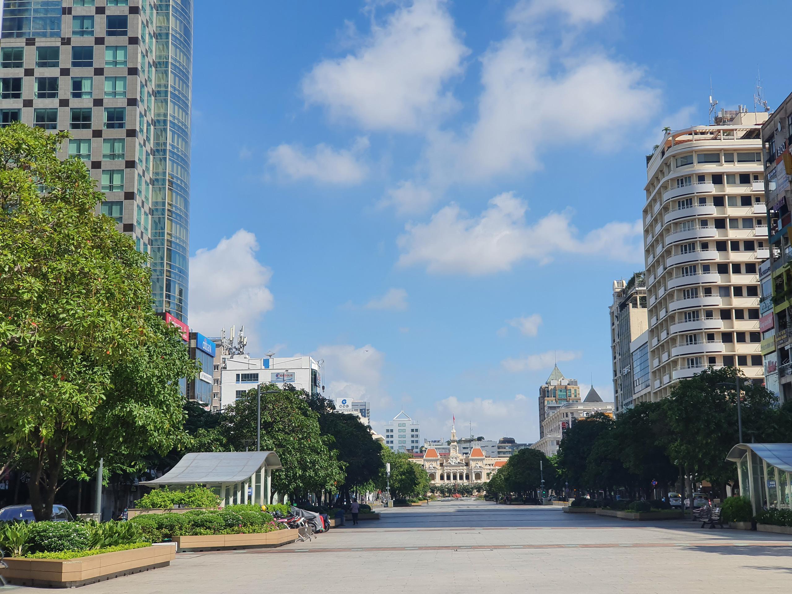 ẢNH: Ngày đầu giãn cách xã hội, đường TP.HCM không kẹt xe từ sáng tới chiều, Gò Vấp tạm dỡ chốt phong tỏa - Ảnh 5.