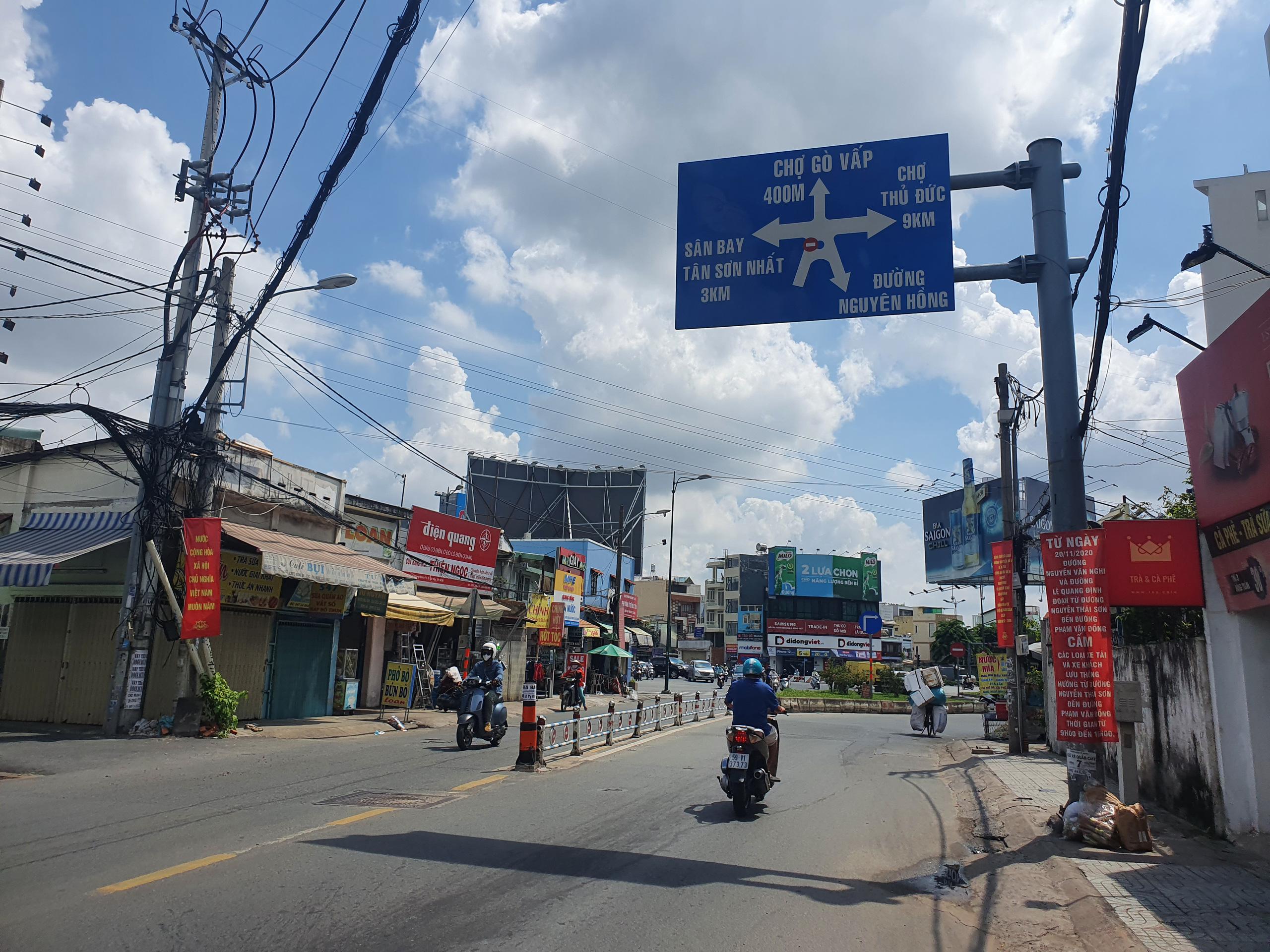 ẢNH: Ngày đầu giãn cách xã hội, đường TP.HCM không kẹt xe từ sáng tới chiều, Gò Vấp tạm dỡ chốt phong tỏa - Ảnh 12.