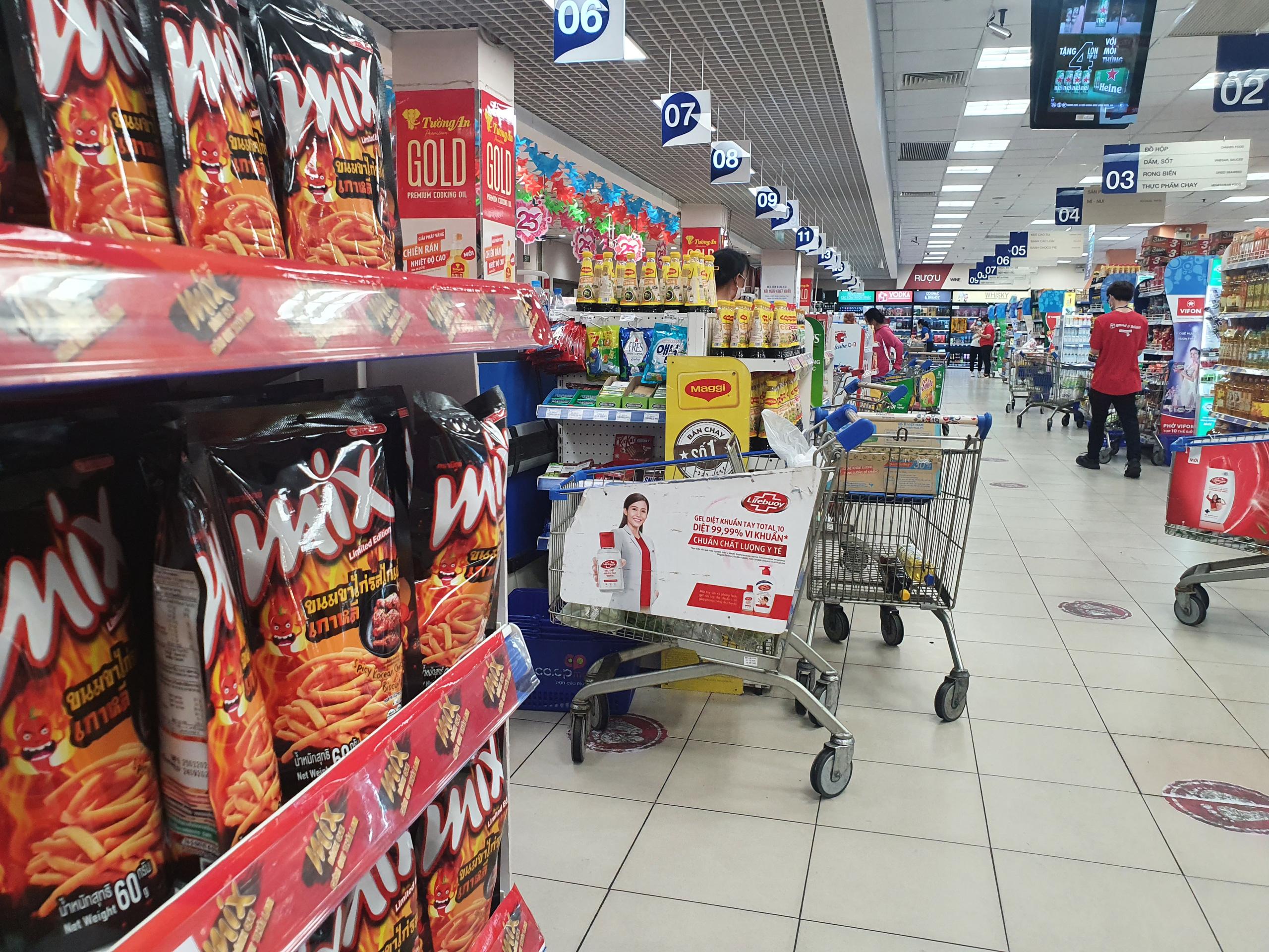 Ngày đầu tiên TP.HCM giãn cách xã hội: Chợ, siêu thị vắng khách, rau củ, thịt cá ê hề, mì gói chất đống - Ảnh 12.