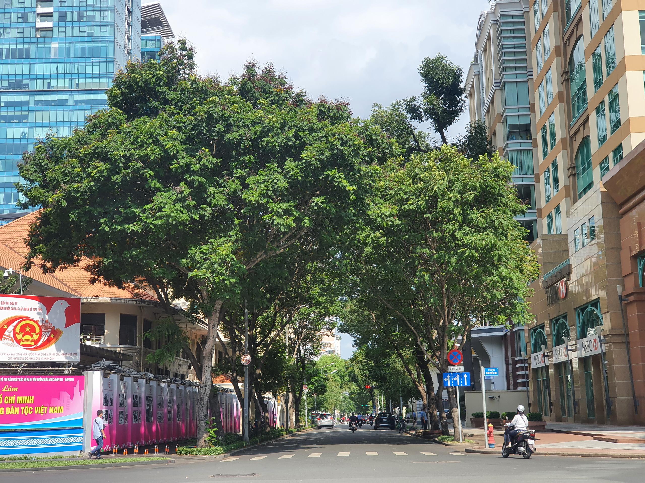 ẢNH: Ngày đầu giãn cách xã hội, đường TP.HCM không kẹt xe từ sáng tới chiều, Gò Vấp tạm dỡ chốt phong tỏa - Ảnh 1.