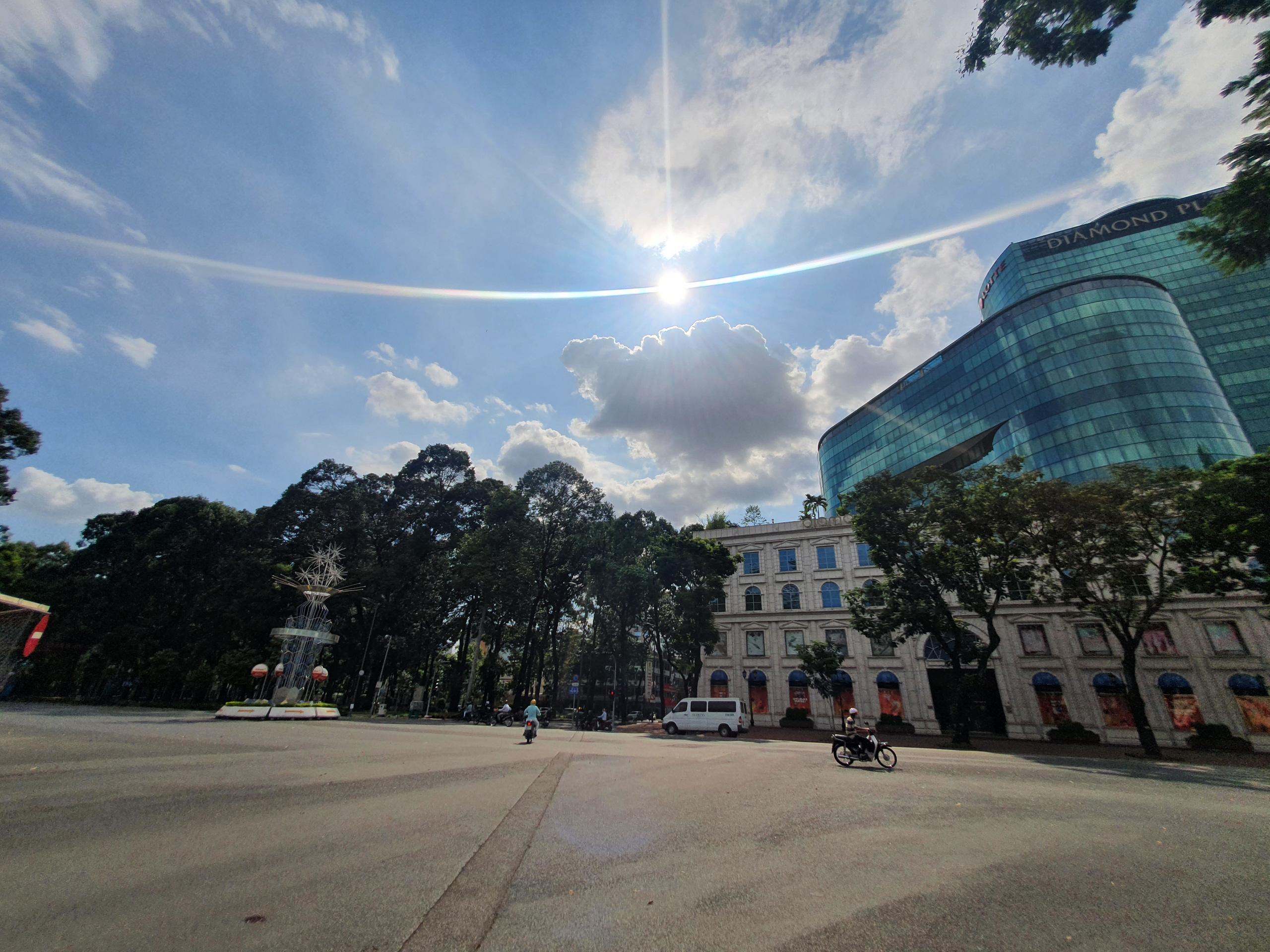 ẢNH: Ngày đầu giãn cách xã hội, đường TP.HCM không kẹt xe từ sáng tới chiều, Gò Vấp tạm dỡ chốt phong tỏa - Ảnh 2.