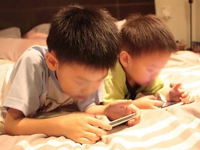 Mặc dù khuyên cha mẹ không nên cản con vào internet trong mùa dịch Covid -19 nhưng nhiều chuyên gia cho rằng cần phải có kế hoạch tham gia cùng con, vui chơi cùng con để tư vấn, quản lý xem con chơi gì, xem gì trên Internet. Ảnh: I.T