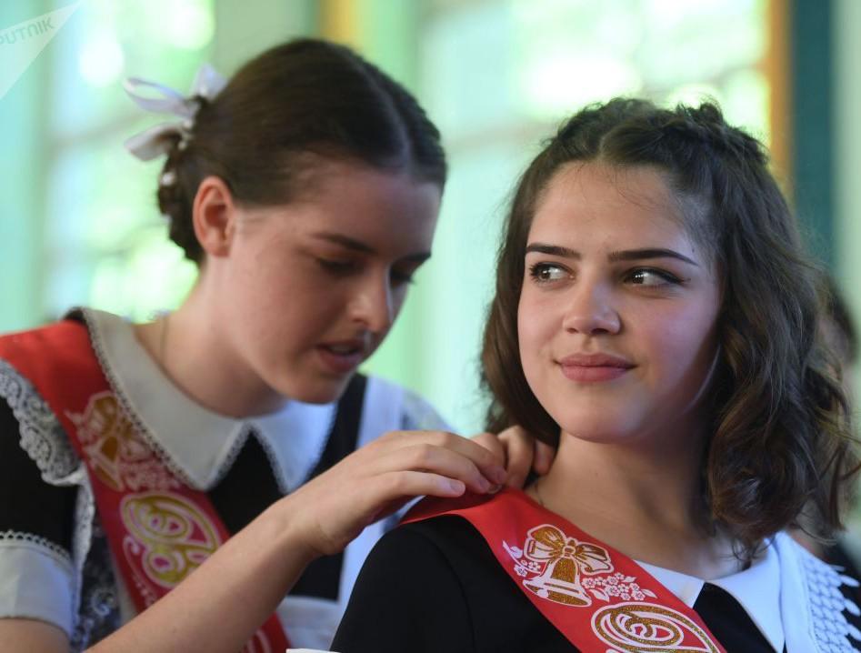 Nữ sinh Nga dễ thương, có người bật khóc trong ngày bế giảng - Ảnh 3.