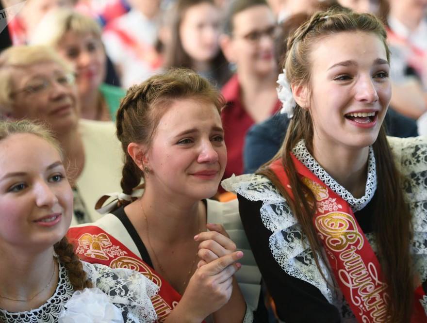 Nữ sinh Nga dễ thương, có người bật khóc trong ngày bế giảng - Ảnh 4.
