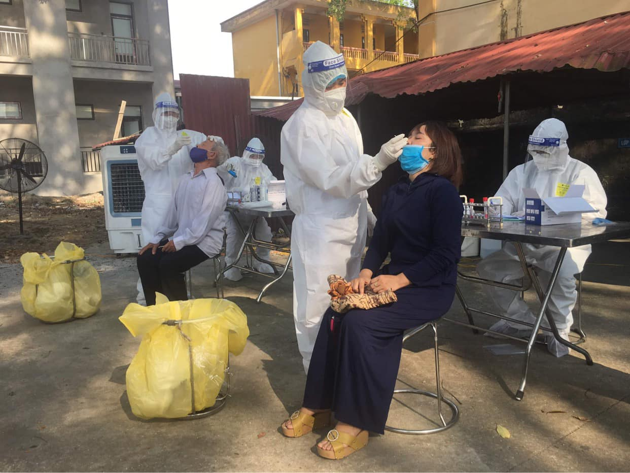 Clip: Cận cảnh nhân viên y tế lấy mẫu xét nghiệm Covid-19 giữa trời nóng 40 độ C ở Bắc Ninh - Ảnh 4.