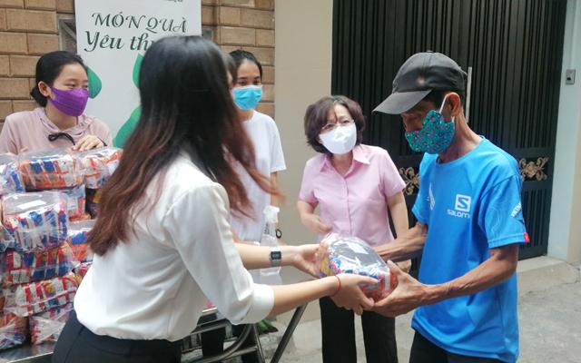 Bà Võ Xuân Loan (thứ 2 từ phải qua), tham gia phát quà cho người nghèo ngay trước trụ sở hội thánh trú đóng