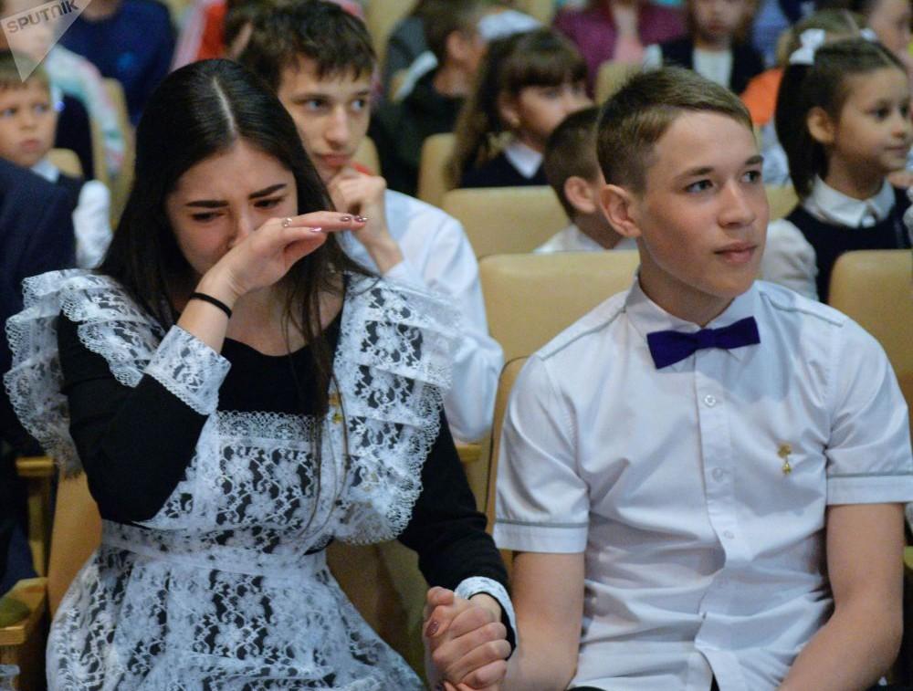 Nữ sinh Nga dễ thương, có người bật khóc trong ngày bế giảng - Ảnh 5.
