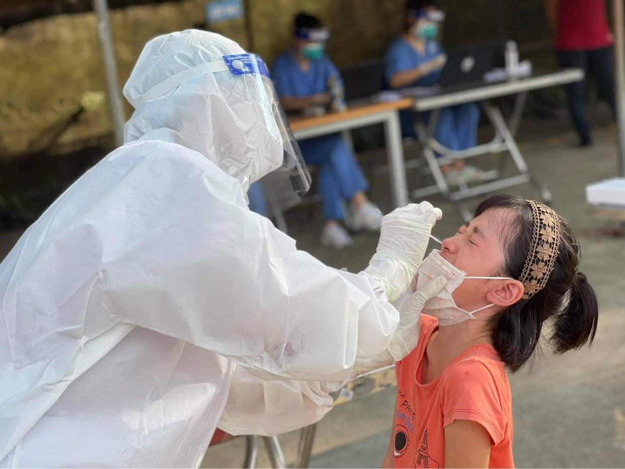 Clip: Cận cảnh nhân viên y tế lấy mẫu xét nghiệm Covid-19 giữa trời nóng 40 độ C ở Bắc Ninh - Ảnh 6.