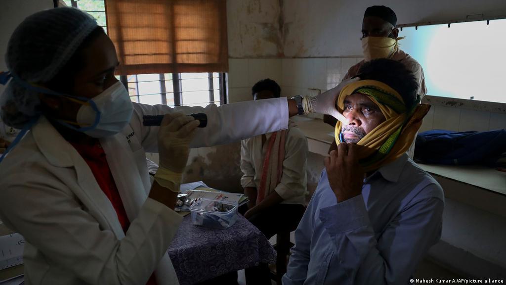 Tại sao những người mắc Covid-19 tại Ấn Độ lại có nguy cơ cao nhiễm nấm aspergillosis? - Ảnh 1.