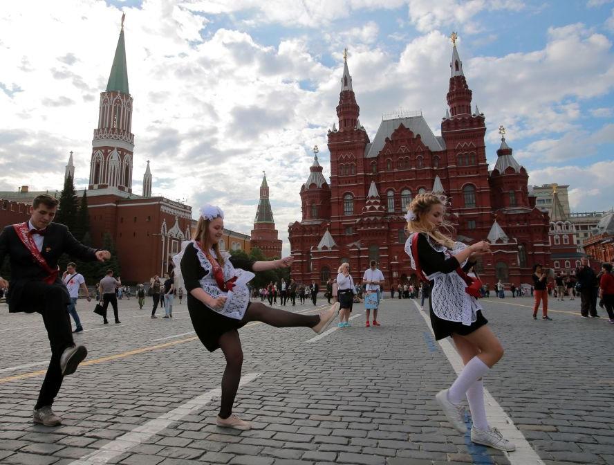Nữ sinh Nga dễ thương, có người bật khóc trong ngày bế giảng - Ảnh 7.