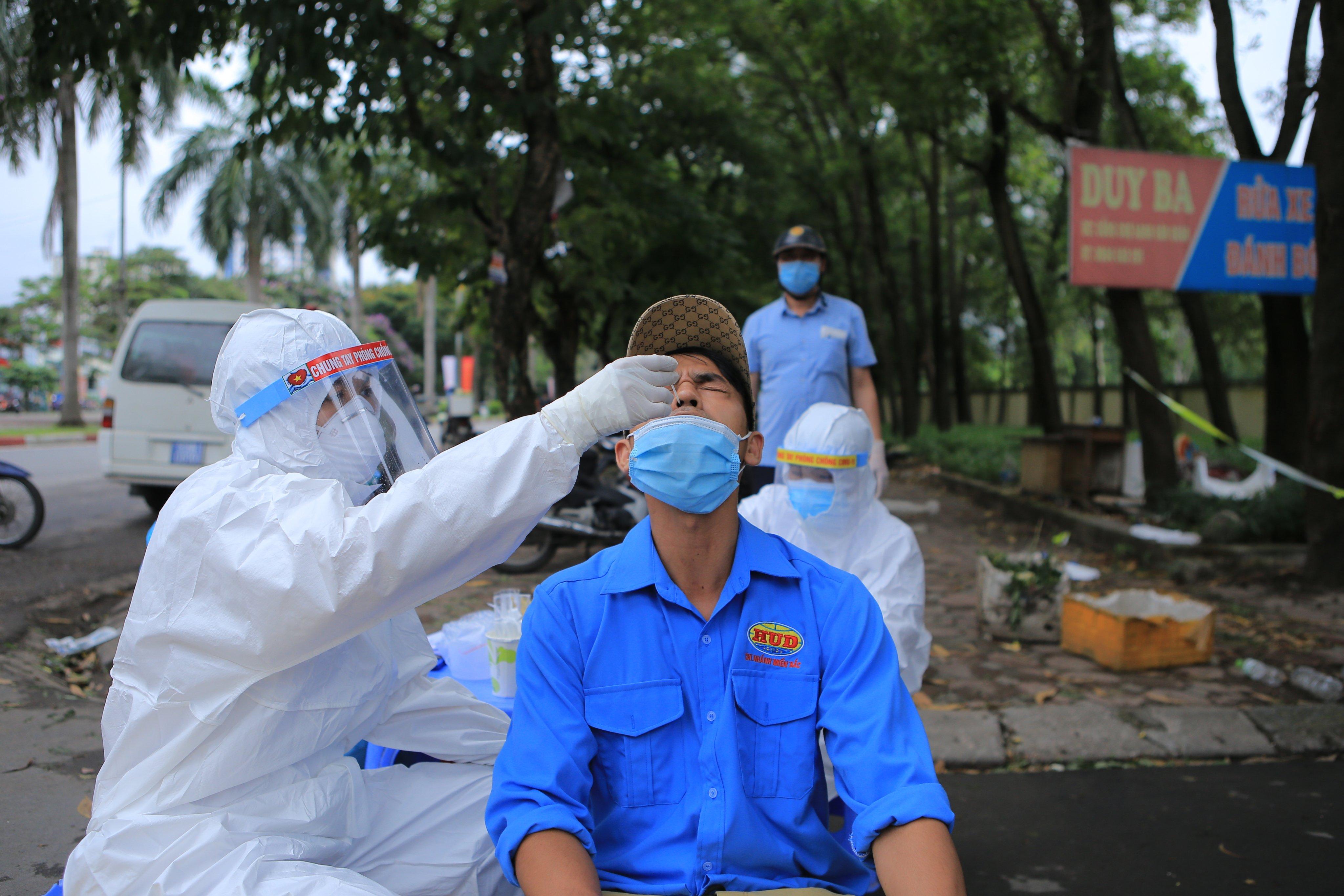 """Thêm 27 người dương tính trong khu cách ly tập trung, CDC Hà Nội đã có đề xuất """"nóng"""" - Ảnh 1."""