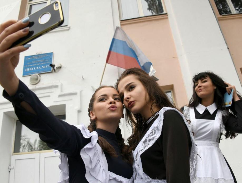 Nữ sinh Nga dễ thương, có người bật khóc trong ngày bế giảng - Ảnh 9.