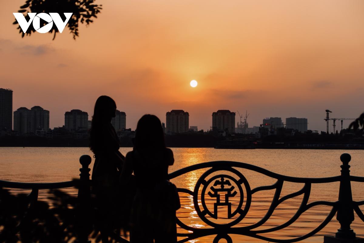Ảnh: Hà Nội tuyệt đẹp khi ngắm hoàng hôn từ Hồ Tây - Ảnh 9.
