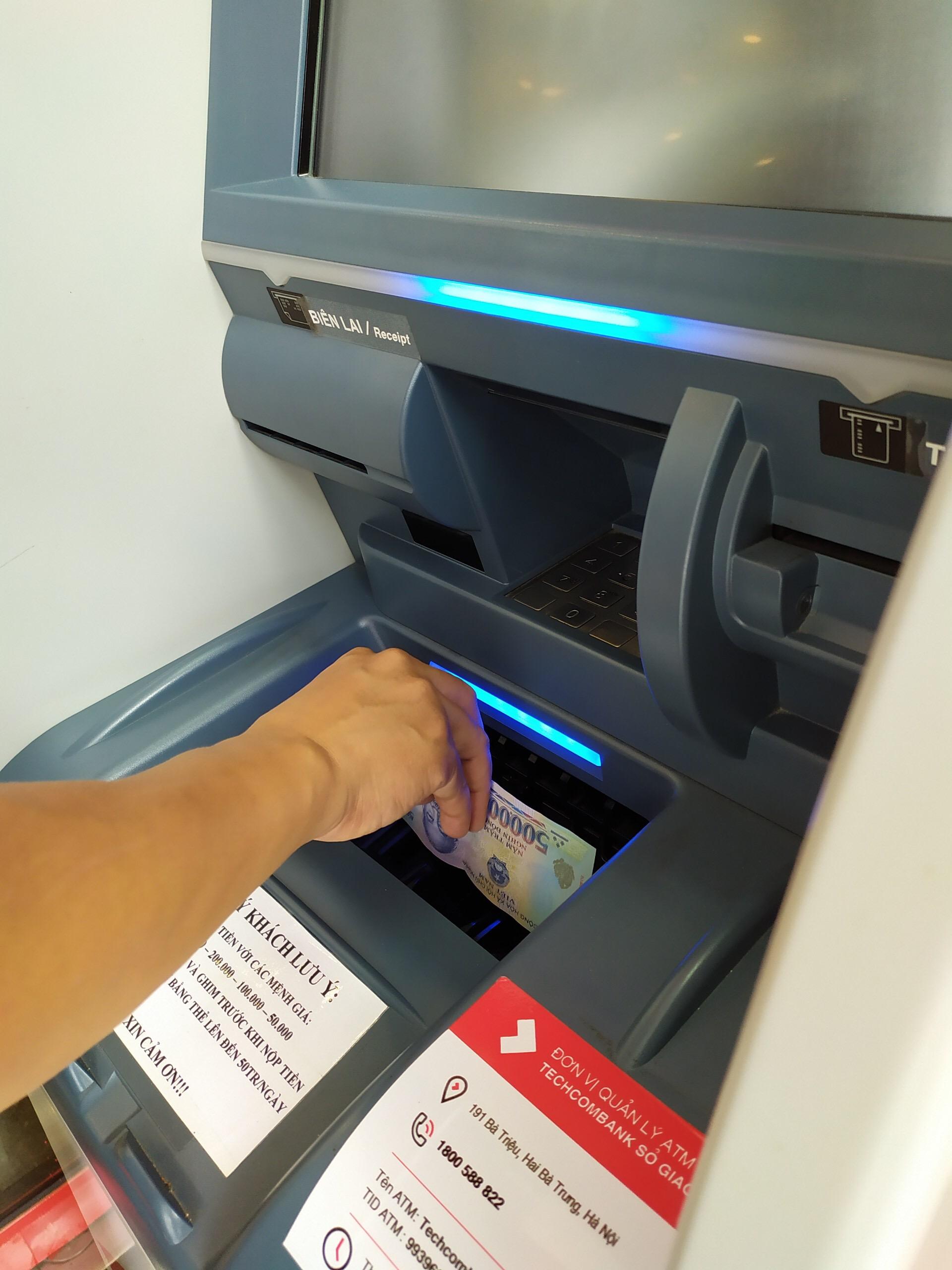 Techcombank thêm tiện ích trên hệ thống ATM thế hệ mới - Ảnh 2.