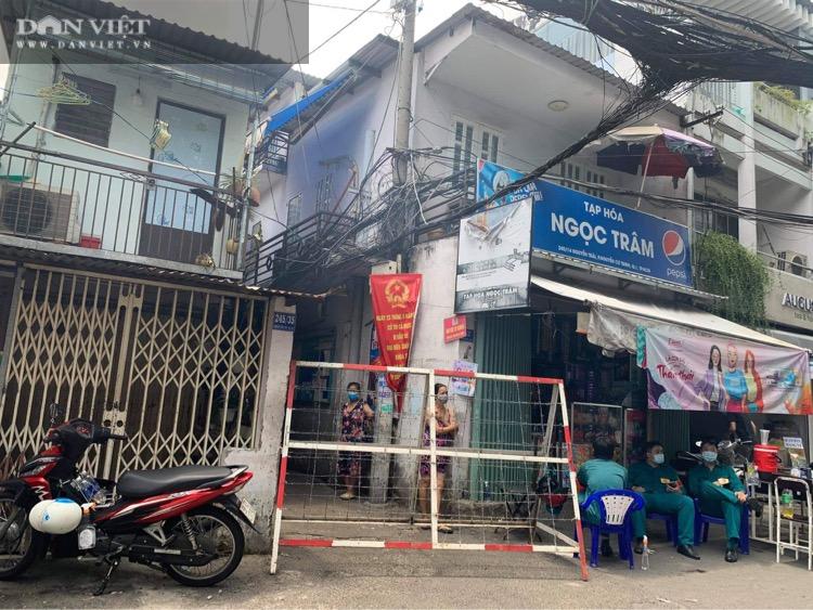 Phong tỏa một con hẻm trong khu mả Lạng (quận 1, TP.HCM) vì có ca dương tính - Ảnh 1.