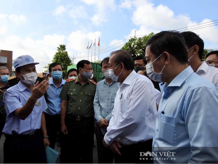 Covid-19: Phó Thủ tướng Trương Hòa Bình trực tiếp kiểm tra dây chuyền, bếp ăn trong khu chế xuất - Ảnh 2.