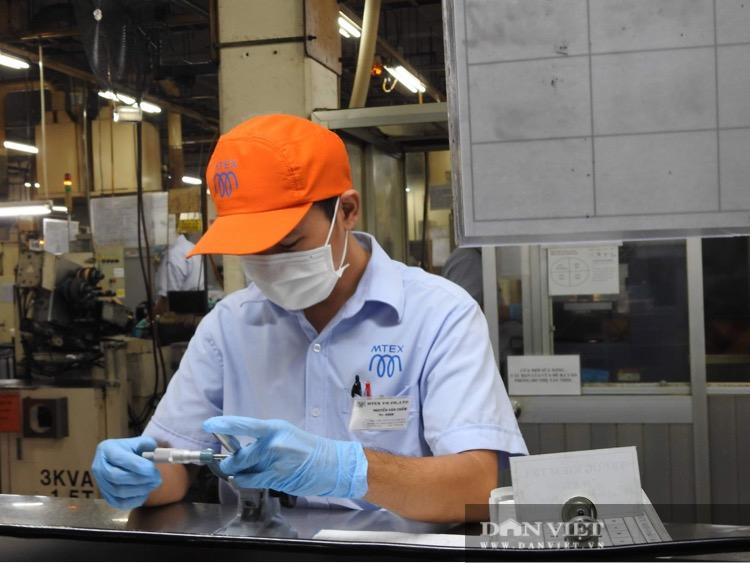 Covid-19: Phó Thủ tướng Trương Hòa Bình trực tiếp kiểm tra dây chuyền, bếp ăn trong khu chế xuất - Ảnh 3.