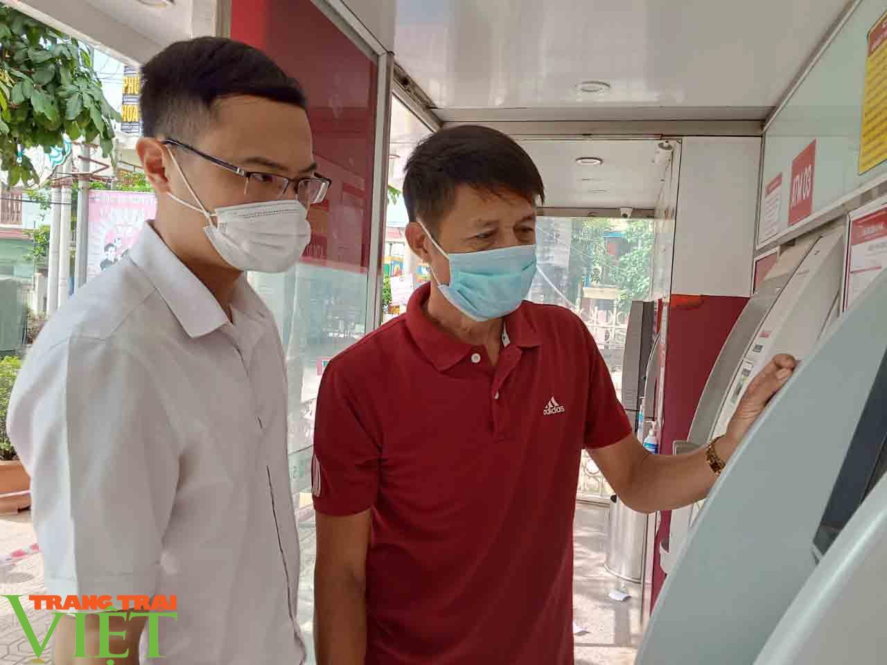 Hiệu quả từ máy CDM tại chi nhánh Agribank Phù Yên - Ảnh 2.