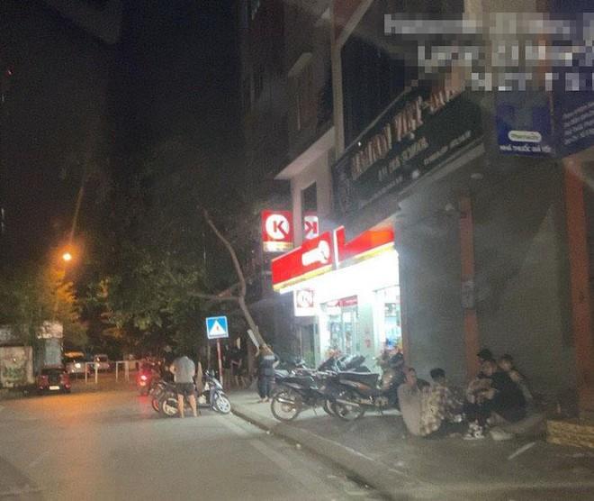 Hà Nội: Hàng chục thanh, thiếu niên tụ tập đông người tại trước cửa hàng tiện lợi Circle K - Ảnh 6.