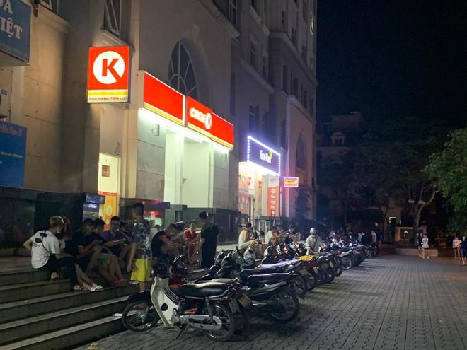 Hà Nội: Hàng chục thanh, thiếu niên tụ tập đông người tại trước cửa hàng tiện lợi Circle K - Ảnh 2.