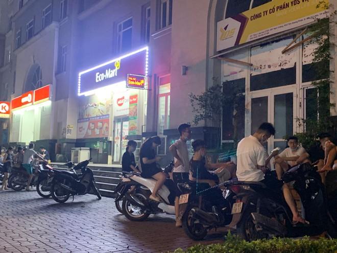 Hà Nội: Hàng chục thanh, thiếu niên tụ tập đông người tại trước cửa hàng tiện lợi Circle K - Ảnh 3.