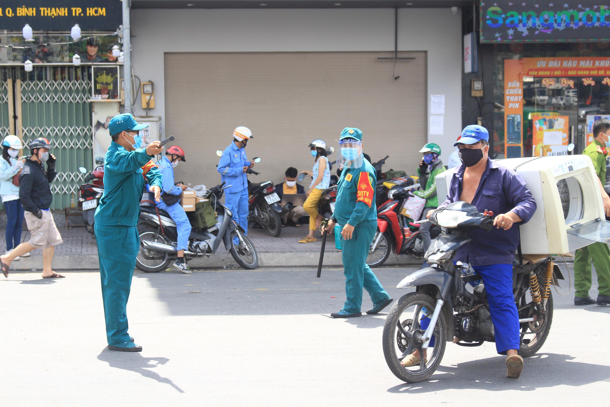 ẢNH: Ngày đầu giãn cách xã hội, đường TP.HCM không kẹt xe từ sáng tới chiều, Gò Vấp tạm dỡ chốt phong tỏa - Ảnh 15.