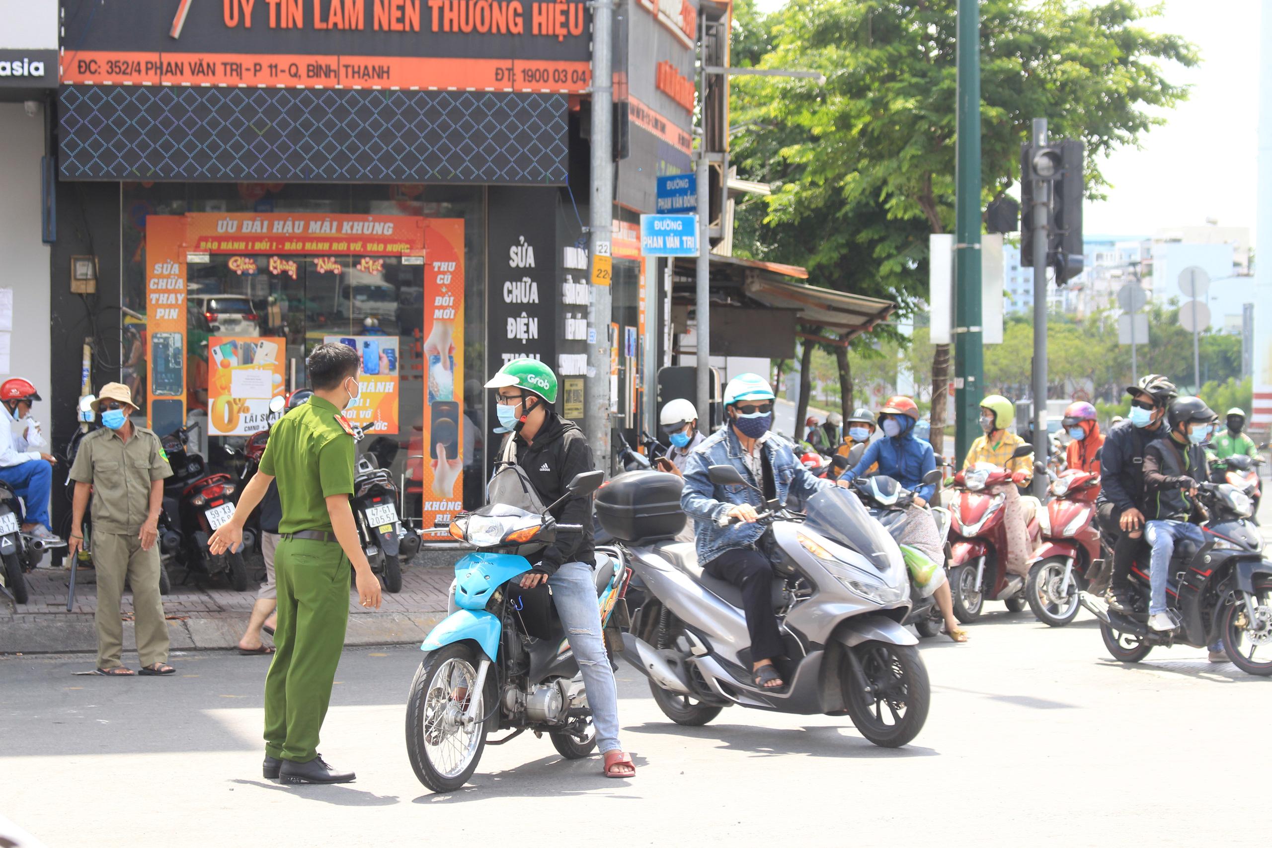 ẢNH: Ngày đầu giãn cách xã hội, đường TP.HCM không kẹt xe từ sáng tới chiều, Gò Vấp tạm dỡ chốt phong tỏa - Ảnh 14.