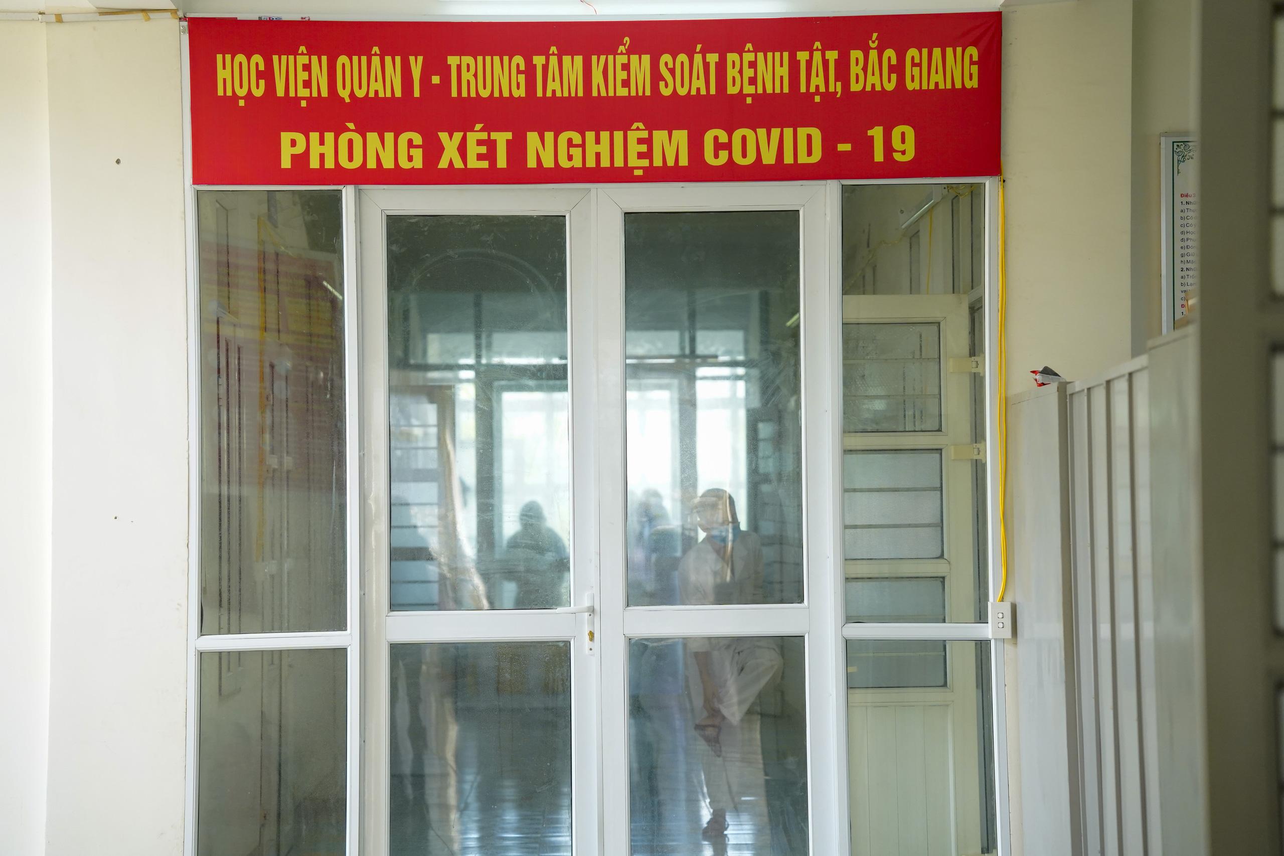 Bên trong phòng xét nghiệm Covid-19 tại tâm dịch Bắc Giang - Ảnh 11.
