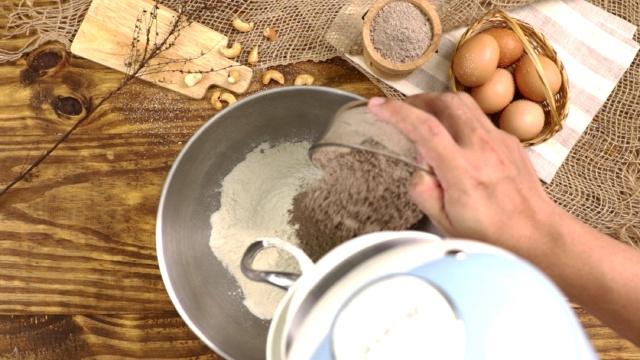 Cách làm bánh mì đen giòn ngon bổ dưỡng như đồ nhập khẩu tại nhà - Ảnh 3.