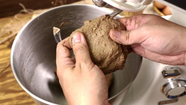 Cách làm bánh mì đen giòn ngon bổ dưỡng như đồ nhập khẩu tại nhà - Ảnh 4.