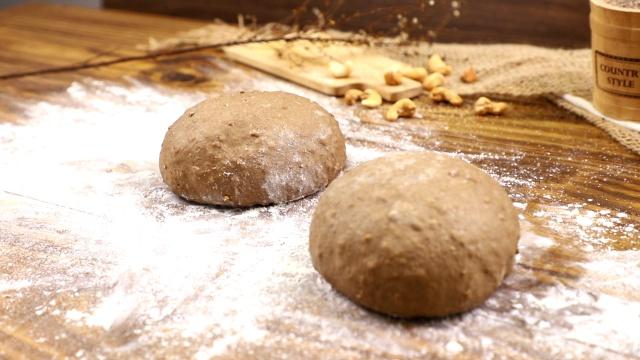 Cách làm bánh mì đen giòn ngon bổ dưỡng như đồ nhập khẩu tại nhà - Ảnh 6.