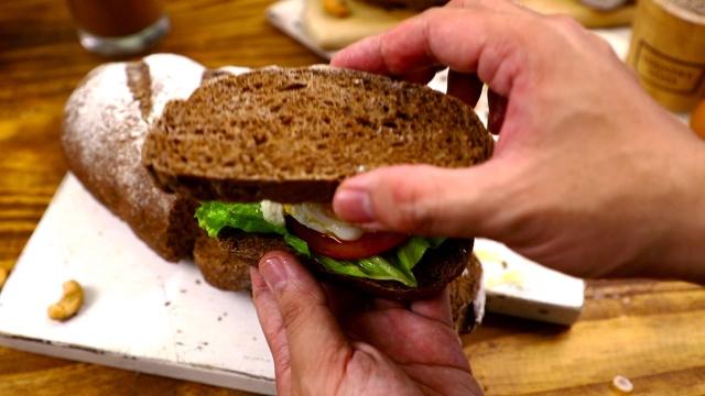 Cách làm bánh mì đen giòn ngon bổ dưỡng như đồ nhập khẩu tại nhà - Ảnh 11.