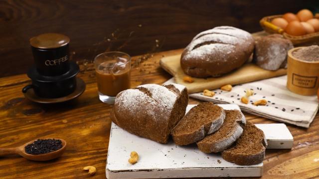 Cách làm bánh mì đen giòn ngon bổ dưỡng như đồ nhập khẩu tại nhà - Ảnh 2.