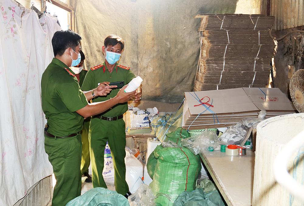 An Giang: Bắt quả tang giám đốc công ty sản xuất thuốc bảo vệ thực vật dỏm - Ảnh 2.