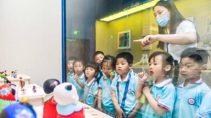 Trung Quốc bất ngờ thay đổi chính sách, cho phép sinh 3 con - Ảnh 1.