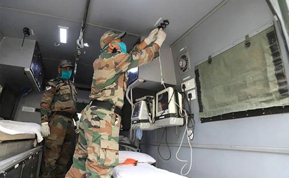 Các chuyên gia quân y Ấn Độ đang thiết lập Cơ sở nghiên cứu Covid-19 di động tại Thủ đô New Delhi. (Ảnh NITV).