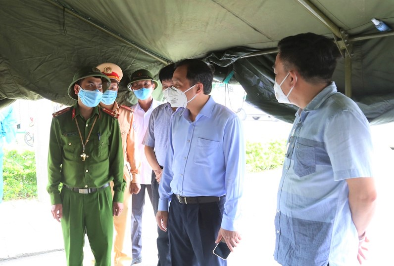 CLIP - ẢNH: Phong toả 2 thôn (xã Tượng Sơn và Việt Tiến, Hà Tĩnh) có trường hợp dương tính với Covid-19 - Ảnh 4.