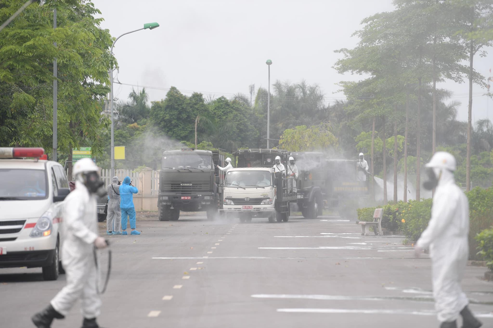 Quân đội tổng lực khử khuẩn Bệnh viện Nhiệt đới Trung ương cơ sở 2 nơi phát hiện 42 ca nhiễm Covid-19 - Ảnh 2.