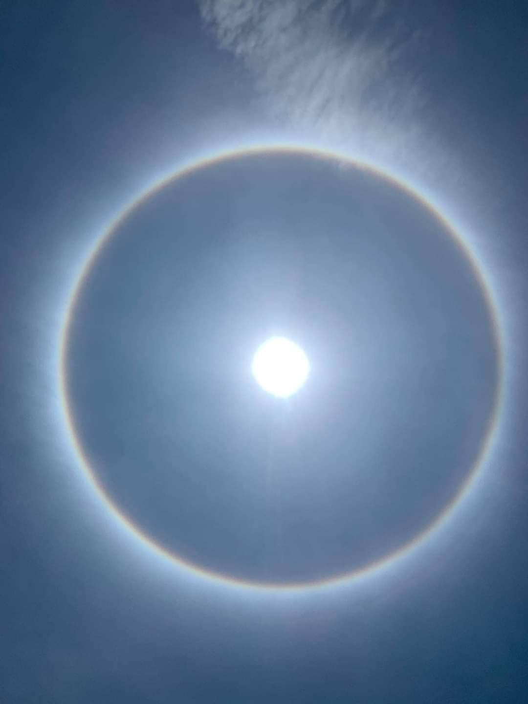 Hải Phòng: Hào quang mặt trời xuất hiện giữa trưa, khiến người dân thích thú  - Ảnh 1.