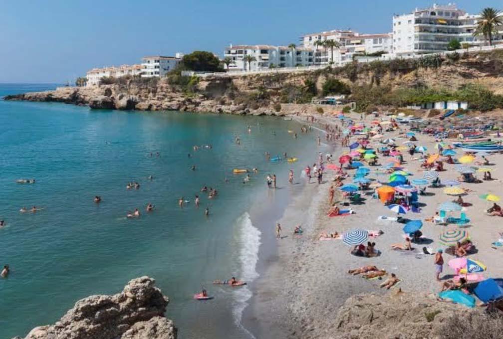 Tây Ban Nha mở cửa du lịch quốc tế nhưng yêu cầu bắt buộc du khách đeo khẩu trang tại các bãi biển - Ảnh 3.